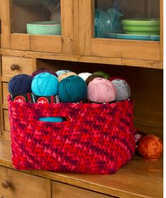 Great color/colorwork for this basket. Store Your Stash Basket: free crochet pattern Crochet Bowl, Love Crochet, Crochet Crafts, Crochet Yarn, Crochet Stitches, Crochet Hooks, Crochet Projects, Crochet Baskets, Knitting Patterns