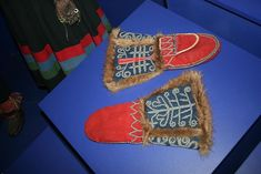 Southern Sami fur mittens with goldwork embroidery Norway Tribal Costume, Costumes Around The World, Belt Purse, Norse Vikings, Fingerless Mittens, Viking Age, Wrist Warmers, Gold Work, Diy Fashion