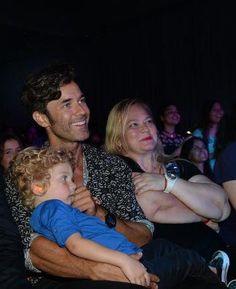 Mariano, su mamá y Milo mirando el show de Lali en el Conrad.