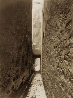 Eugene Atget, Entrée de la cour, 9 rue Thouin, 1910