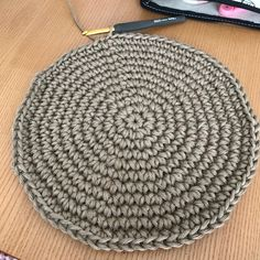今回はよくご質問頂く、円の増し目の法則です。円を編む時、作り目6目スタートする場合、ずっと同じところで増し目をすると六角形になってしまいます。綺麗な円を編むにはなるべく増し目をする場所を分散させると綺麗な円になります。30段の円を作る場合を記載します。まずは1段目、作り目6目。2段目は全て増し目します。3段目は1目細編み、増し目、6回繰り返します。4段目1目細編み、増し目、2目細編み、増し目を繰り返し、最後細編み1目で終わります。5段目3目細編み、増し目、6回繰り返します。6段目2目細編み、増し目、4目細編み、増し目を繰り返し、最後細編み2目で終わります。7段目5目細編み、増し目、6回繰り返します。8段目3目細編み、増し目、6目細編み、増し目を繰り返し、最後細編み3目で終わります。9段目7目細編み、増し目、6回...円の増し目の法則。