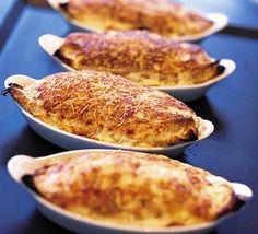 Μια εύκολη συνταγή για ένα νοστιμότατο φαγητό. Σουφλέ με κοτόπουλο, μανιτάρια μπέϊκον και τυριά, για εσάς την οικογένειά σας αλλά και στα τραπέζια σας και τις γιορτές σας για τους καλεσμένους σας. Υλικά συνταγής 3 μπούτια κοτόπουλου