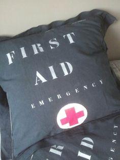 Coussin First Aid. Le Grenier de Ninon