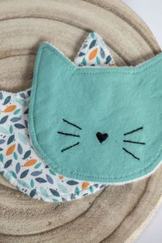 Lingettes lavables chat - Soins maternels de l& Coin Couture, Baby Couture, Couture Sewing, Fabric Crafts, Sewing Crafts, Sewing Projects, Creation Couture, Diy Stuffed Animals, Baby Sewing