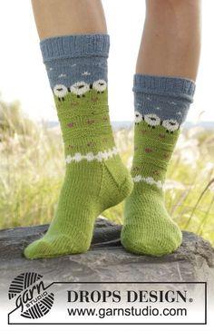 Gestrickte Socken mit mehrfarbigem Muster in DROPS Fabel. Größe 35-43. Kostenlose Anleitungen von DROPS Design.