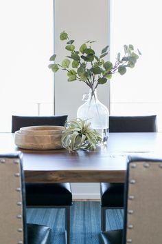 Everyday Table Centerpieces, Dining Table Decor Centerpiece, Dining Table Decor Everyday, Dining Room Table Decor, Centerpiece Ideas, Modern Kitchen Tables, Kitchen Ideas, Credenza Decor, Tropical Design