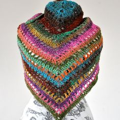 He diseñado esta preciosa envoltura triangular en patrón de encaje de lana muy suave y fino. El color es una mezcla de un sentimiento muy afrutado, vitaminas y el sol. Es el accesorio perfecto para un alma artístico. Perfecto como regalo ya que viene con libre de empaquetado del regalo