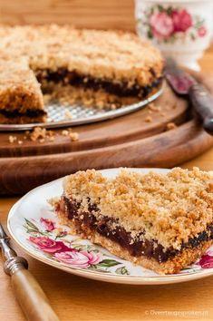 Dadel-notentaart - Kruimeltaart met griesmeel, dadel, walnoot, honing en kaneel. Eenvoudig te maken, verrassend van smaak.