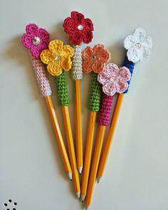 Decoration for Crochet Cotton Flower pens pencils-reusable. Crochet Diy, Crochet Gifts, Crochet Motif, Crochet Flowers, Crochet Towel, Pen Toppers, Knitting Patterns, Crochet Patterns, Flower Pens