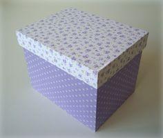Caixa em madeira pintada (parte interna) e com aplicação de tecido.
