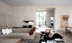 Det här hemmet som Vincent Van Duysen utformat har något alldeles speciellt. En perfekt balans av modern och klassisk design. Den strikta inramningen på väggar och golv i mjuka toner bidrar till...