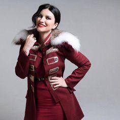 regram Nuestra Diva Laura Pausini gracias a: por esta foto de nuestra Diva Laura Pausini Italian Beauty, Canada Goose Jackets, Superstar, Diva, Fur Coat, Photos, Winter Jackets, Punk, Singer