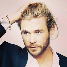I usually don't like guys with long hair, but hot damn Chris Hemsworth! He was heck of fine in Thor. Man, I guess good genes run in the family since his brother, Liam Hemsworth is good looking too. Pretty People, Beautiful People, Hemsworth Brothers, Hot Haircuts, Hipster Haircuts, Layered Haircuts, Chris Hemsworth Thor, Actrices Hollywood, Man Bun