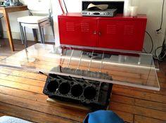 Engine Block Coffee Table -v8ทรงเตี้ยง แต่ใช้ความที่ฐานเตี้ยแล้วแผ่นโต๊ะมีขนาดใหญ่เลยทำให้เป็นโต๊ะที่ดูเท่มาก -ด้วยความที่แผ่นโต๊ะมีขนาดใหญ่ สิ่งสำคัญของโต๊ะตัวนี้คือการต้องยึดฐานให้มั่นคงไม่ทำให้แผ่นหล่นลงมา -การนำอคิลิคใสมาใช้ช่วยทำให้โต๊ะดูโมเดิลมากขึ้น -การใช้สีคล้ายรมดำ เป็นอีกสีที่ทำให้เครื่องดูเท่ขึ้นมาก
