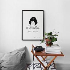 """Almofadas no chão são um convite para relaxar na sala.  E esse cantinho com o pôster """"Dream Poulain"""" da coleção @brusimoes está incrível.  Sem muita pretenção uma pilha de revistas e uma planta na mesinha do telefone (isso é tão a casa dos nossos pais hehhehe).  - Vista a sua casa para 2017. #ColeçãoBruSimõesNCDJ - http://ift.tt/1dqyBxz (link na bio). #nacasadajoana #abaixoasparedesvazias #pôster #posters #quadros #enquadrados #design #decoração #decor #interiordesign #pinterest…"""