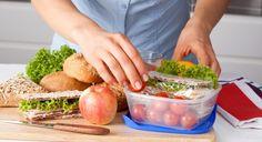 - Faça um planejamento das refeições e compre os ingredientes semanalmente. O chef sugere que se cozinhe os pratos de uma só vez, acondicionando-os em embalagens para congelamento. Você pode fazer isso no fim-de-semana.  - Para ele, o interessante é a pessoa ter diversos recipientes e sacolas térmicas, pois muitas vezes não dá tempo de limpar, guardar e reembalar para o dia seguinte.