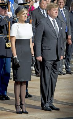 King Willem-Alexander & Queen Máxima of The Netherlands Mature Fashion, Over 50 Womens Fashion, Style Royal, My Style, Fashion Tights, Fashion Dresses, Royal Dresses, Princess Outfits, Estilo Fashion