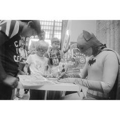 """1976 #Chicago, #UnionStation. La quotidianità di #Batman. Il supereroe acquista, come qualunque altro passeggero, un biglietto della metropolitana ma inevitabile segue l'assedio di ammiratrici ed ammiratori. La serie di quattro scatti di  """"WOMEN WANT BATMAN"""" decontestualizza la banale promozione di una #lotteria locale, sovrapponendovi un divertente livello di realtà. #fotografia #vintage"""