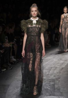 Valentino Official Website - Discover the Valentino Women Collection. Watch the Fashion Show, Accessories and much more. Fashion Art, Runway Fashion, Fashion News, Fashion Show, Fashion Design, Valentino Women, Spring Summer 2016, Couture Dresses, Fashion Boutique