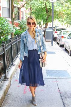 Hues of blue for summer-to-fall transitional style…can't go wrong with a navy pleated midi skirt and the most amazing booties Jeffrey Campbell Topshop - 32 Classy Pleated Dress Outfit Ideas For Fall And Winter Season Navy Skirt Outfit, Midi Rock Outfit, Pleated Skirt Outfit, Winter Skirt Outfit, Swag Dress, Booties Outfit, Mode Inspiration, Skirt Fashion, Stylish Clothes