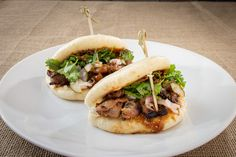 Steamed buns filled with asian pickles, vegetables and our house peanut sauce: our bao bun sliders! Hot Dog Buns, Hot Dogs, Asian Recipes, Ethnic Recipes, Steamed Buns, Peanut Sauce, Bucharest, Bao, Cheesesteak