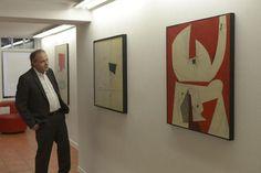 Begeistert: Galerist Oliver Ahlers beim Gang durch die Ausstellung mit Werken von Rudolf Mauke.