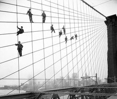 Imbiachini a lavoro sul ponte di Brooklyn (Ap, archivio municipale di New York City, Eugene de Salignac)