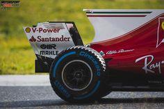 Ferrari setzte dagegen auf ein Konzept mit eingeschlitzten Endplatten und probierte außerdem verschiedene Hauptplatten aus: einmal gerade, einmal mittig gebogen und einmal...