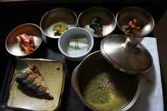 Очень долго я готовила пост по теме «Корейская еда».Эта темабезгранично широкая и глубокая, поэтому в своей статье я просто перечислю те блюда, которые являются типичными представителями и не причинят вреда большинству стандартных европейских желудков. Кроме самих блюд, я также отмечу некоторые food-особенности, которые я подметила в Сеуле. Пипимбап.Bibimbap.비빔밥. В 2011 году читателиCNNвыбрали 50 самых вкусных блюд мира,bibimbapстал единственным южно-корейским блюдом в этом списке…