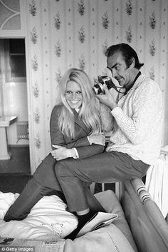 Sean Connery en una improvisado sesión de fotos a Brigitte Bardot. La cara de Sean Connery lo dice todo