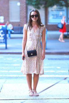 New York, 2015 Keira Knightley Sergio Rossi sandals · Chanel bag Estilo Keira Knightley, Keira Knightley Style, Keira Christina Knightley, Nicky Hilton, Alexa Chung, Atonement Dress, Girly Outfits, Dress Outfits, Nice Dresses