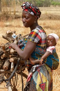 A mother and her child gathering wood, Banfora, Burkina Faso. Banfora is a city in south western Burkina Faso. Out Of Africa, West Africa, We Are The World, People Around The World, African Beauty, African Women, African Style, Mother And Father, Mother And Child