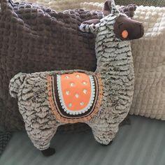 Ich hab ein kuscheliges Lama von @kullaloo genäht. Henry ist geboren 🤪mit ordentlich bling bling und so... er ist so männlich, er kann das tragen. Mit passendem neonjersey von @yamastoffe und den boho Borten von @namijda 😍