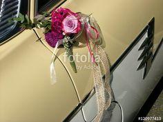 Dekorativer Blumenstrauß an der Autotür eines Ford Taunus P2 mit Zweifarbenlackierung am Standesamt von Oerlinghausen im Teutoburger Wald bei Bielefeld