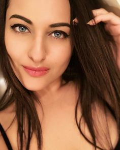 Sonakshi Sinha Selfie face close Actress Sonakshi Sinha Recent Unseen Selfie Clicks HD Gallery Round Face Haircuts, Hairstyles For Round Faces, Bollywood Actress Hot Photos, Bollywood Fashion, Indian Celebrities, Bollywood Celebrities, Celebrities Fashion, Face Rhinestones, Long Face Shapes