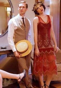 Perfect 1920s fashion look for both men and women. Casual brown suit and boater hat.