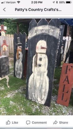 love the black background Christmas Wood Crafts, Pallet Christmas, Christmas Door Decorations, Christmas Porch, Christmas 2017, Christmas Snowman, Christmas Projects, Winter Christmas, Holiday Crafts