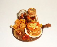 Beignets au miel miniature de maison de poupée avec du miel et des bananes, des pots de honey1:12 par miniatureVictoriya sur Etsy https://www.etsy.com/fr/listing/184462792/beignets-au-miel-miniature-de-maison-de