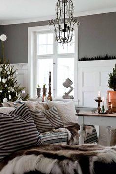 VACKER JUL I BJÖRKETORP: Och nu är familjen i full gång med att starta med julpyntet som får växa fram i väntan på julafton då allt står fram. De börjar med att tända massor av stearinljus och eldar i de tre öppna spisarna. Marie är ju van vid ett traditionellt julfirande sedan hon var liten | L A N T L I V
