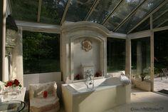 La surprenante salle de bain du Pavillon de France. Toute vitrée, elle offre une vue imprenable sur les arbres de la forêt de Chambiers. #decoration #design #original #trees #romantic #bathroom #atmosphere http://www.chateauchambiers.com/
