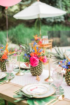 Flamingo Party, Chic Bridal Showers, Tropical Bridal Showers, Luau Bridal Shower, Havanna Party, Sommer Pool Party, Rehearsal Dinner Themes, Rehearsal Dinners, Pineapple Pool Float