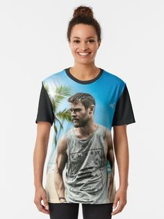 "Camiseta ""Chris Hemsworth"" da clecio | Redbubble Chris Hemsworth, Tshirt Colors, Wardrobe Staples, Female Models, Iphone Wallet, Iphone Cases, Heather Grey, Classic T Shirts, Slim"