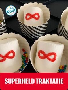 Is er een superheld jarig? Maak dan deze makkelijke traktatie van een mega marshmallow. Wil je nog meer ideeen in dit thema? Lees dan mijn blog. Pudding, Desserts, Blog, Superheroes, Tailgate Desserts, Deserts, Custard Pudding, Puddings, Postres