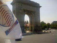 LACOTEC en Bucarest: El Arcul de Triumf es un arco de triunfo localizado en la zona norte de Bucarest, la capital de Rumanía.  El arco primigenio se hizo en madera a toda prisa en 1878, inmediatamente después de que Rumanía obtuviese su independencia. Otro arco temporal fue construido en el mismo lugar, en 1922, para conmemorar el fin de la Primera Guerra Mundial. Sin embargo, fue demolido en 1935. En 1936, se construyó el arco actual.