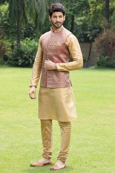Get engaged with the stylish ethnic wear of manyavar. Buy the classic kurtas for men online from our wide ranges of engagement collections at the best price. Sherwani For Men Wedding, Wedding Dresses Men Indian, Wedding Dress Men, Sherwani Groom, Wedding Attire, Mens Indian Wear, Mens Ethnic Wear, Indian Men Fashion, Gents Kurta Design