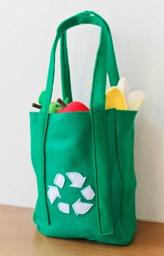 A toy felt eco bag, with a recycling icon. Is the felt wool? Sewing For Kids, Diy For Kids, Gifts For Kids, Felt Play Food, Pretend Food, Food Patterns, Food Crafts, Felt Diy, Toddler Toys
