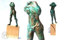 Inspiré de l'homme qui marche de Rodin, sculpture en papier journal patiné façon bronze, par Vanessa RENOUX, h 30cm.
