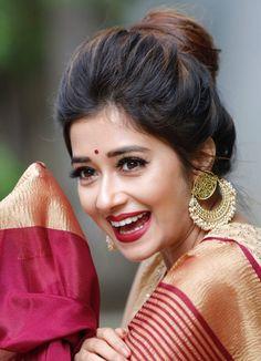 make up looks for brown eyes Saree Hairstyles, Indian Wedding Hairstyles, Indian Hairstyles For Saree, Bridal Hair Buns, Bridal Hairdo, Saree Poses, Wedding Saree Collection, Saree Photoshoot, Saree Look