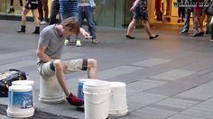 幾個大小不一的油漆桶  兩隻簡單的鼓棒  連地板也成了.....  於是音樂的美妙就此展開!  影片來源:https://goo.gl/ygKxlM