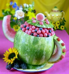 ALice in wonderland tea party Using an oblong or round watermelon, slice off a piece approximately 1 ½ inches down on the stem end. Princess Tea Party, Tea Party For Kids, Mad Hatter Party, Mad Hatter Tea, Mad Hatters, Alice In Wonderland Birthday, Wonderland Party, Dessert Original, Tea Party